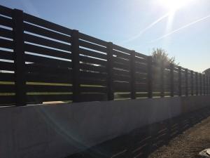 Placi din lemn compozit folosite pentru realizarea unui gard
